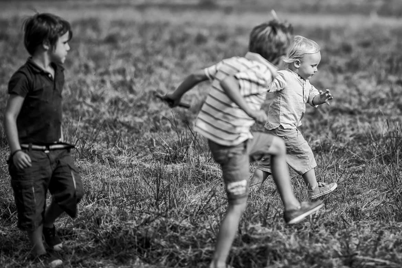 Jouer avec ses frères, photographier la complicité, la joie, le naturel d'un moment en famille grâce au reportage documentaire !