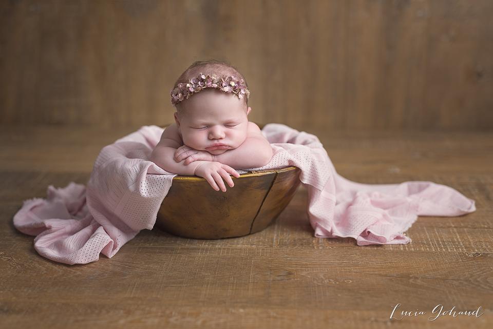 Photo de nouveau-né dans un panier. L'art du baby posing, par Lucia GOHAUD.