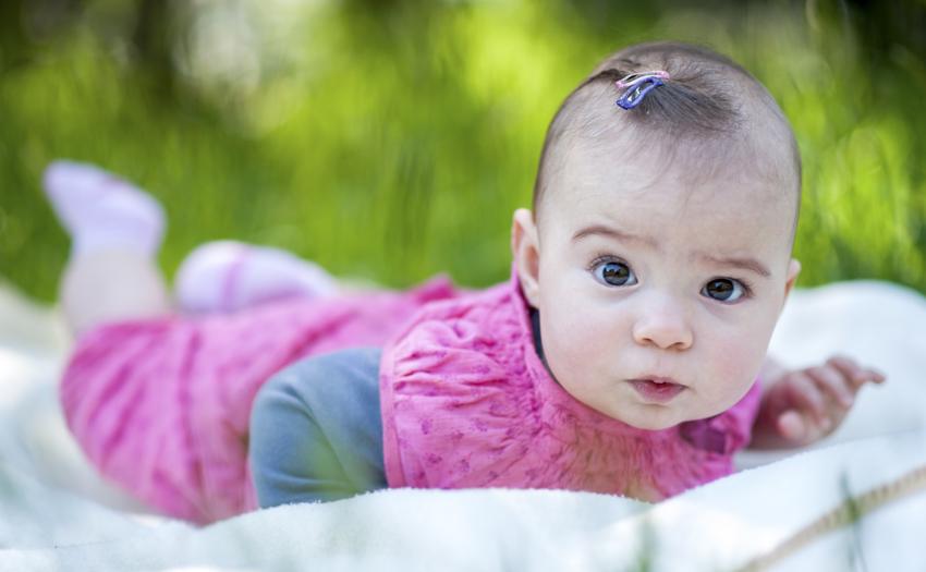 Bébé dans l'herbe