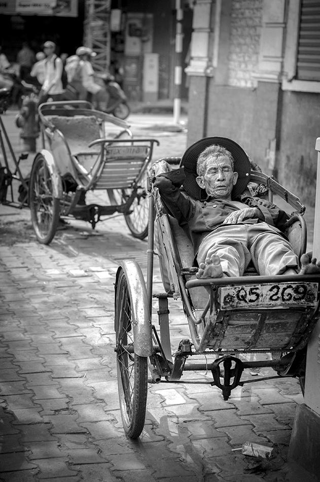 portrait noir et blanc d'un homme dormant dans la rue
