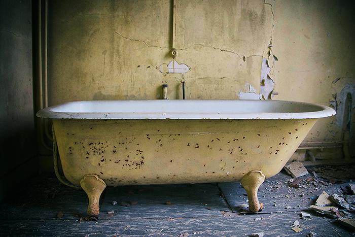 Salle de bain dans une habitation abandonnée.