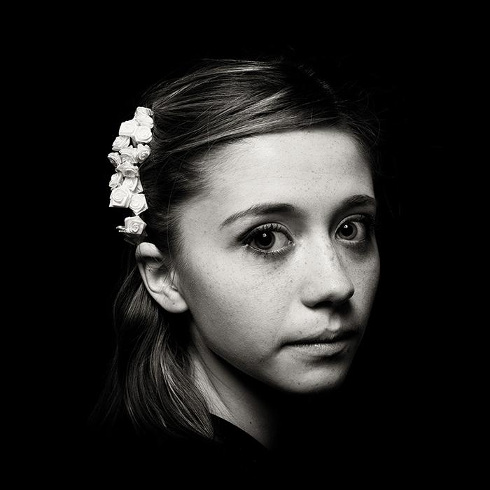portrait carré - femme en noir et blanc