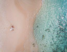 Photo d'un couple sur la plage aux Antilles - Image prise par un drone.