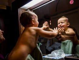 La joie d'un bébé, son quotidien, reportage documentaire de Nadine Court pour le COllectif Joyeux Bazar.