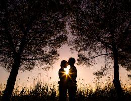 Photo de couple en contre-jour, le soleil forme une étoile entre-eux. Une image romantique de Caroline Vidal, photographe à Montpellier