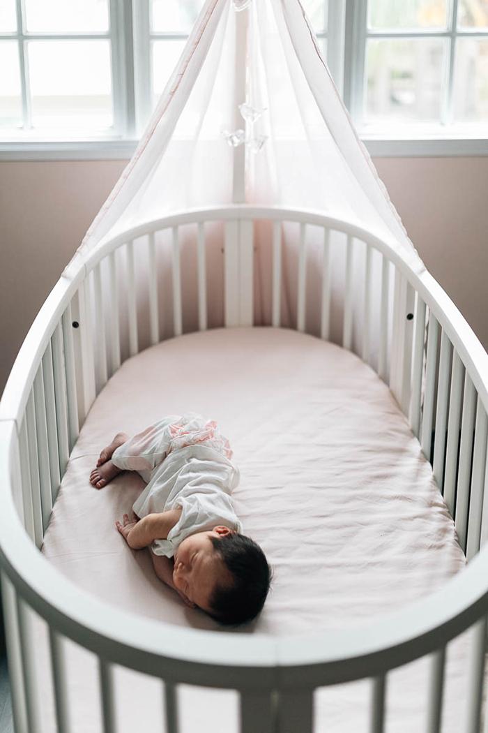 photo de nouveau-né dans son berceau