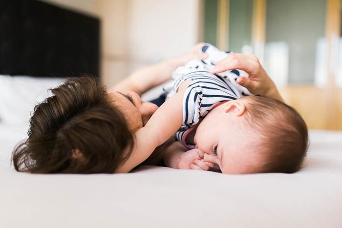 Photo lifestyle d'une maman avec son bébé