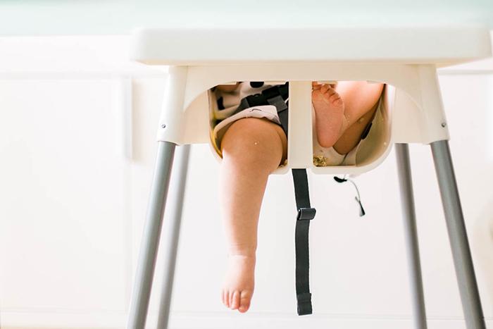 Bébé dans sa chaise haute - photo lifestyle - Bluecicada photographe à Kuala Lumpur