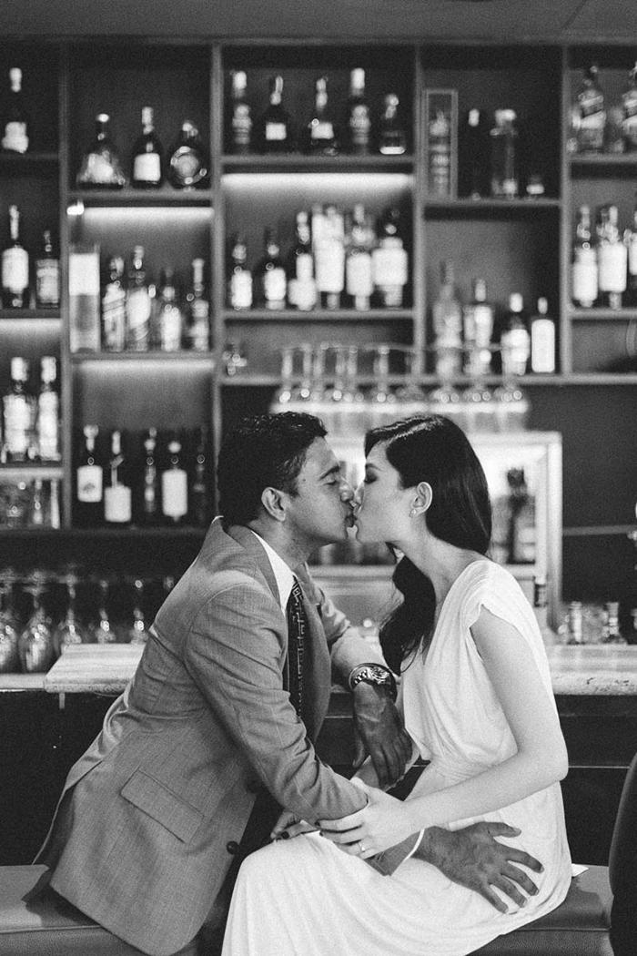 Des mariés qui s'embrassent dans un bar