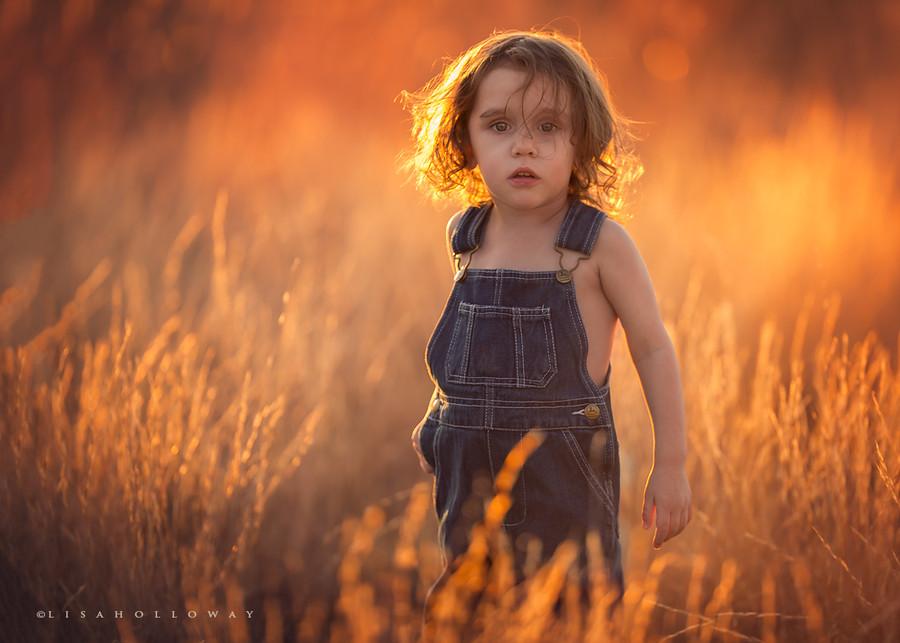 enfant à contre jour dans un champs - au golden hour