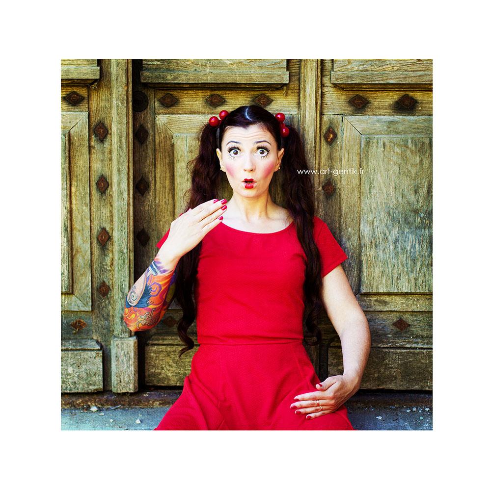 Babydoll : Jolie poupée humaine habillée en rouge