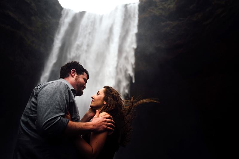 Photo de couple en Islande, amoureux, et émotion forte palpable.