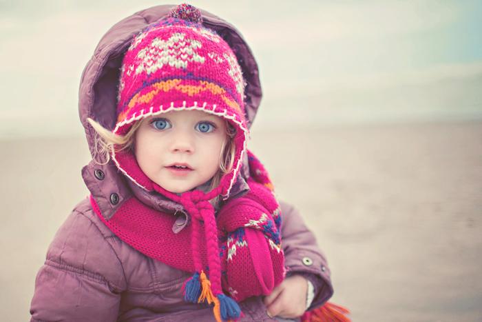 Jolie petite fille aux yeux bleus - Emilola Photographie