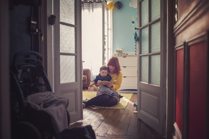 famille jouant dans un chambre - Emilola Photographie