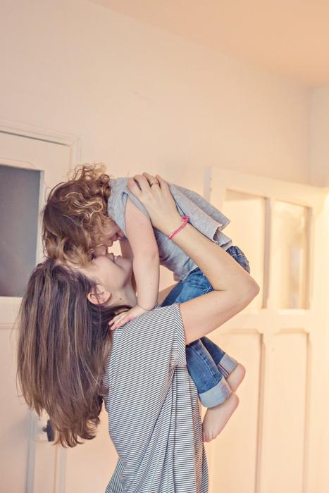 petit câlin maman avec son enfant