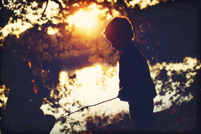 petit garçon en train de pécher, à contre-jour - Par Emilola Photographie