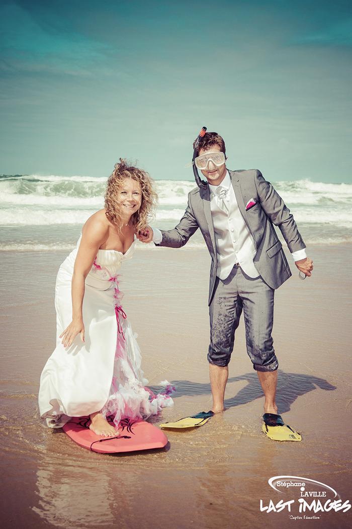 Couple de mariés sur la plage avec palme masque et tuba