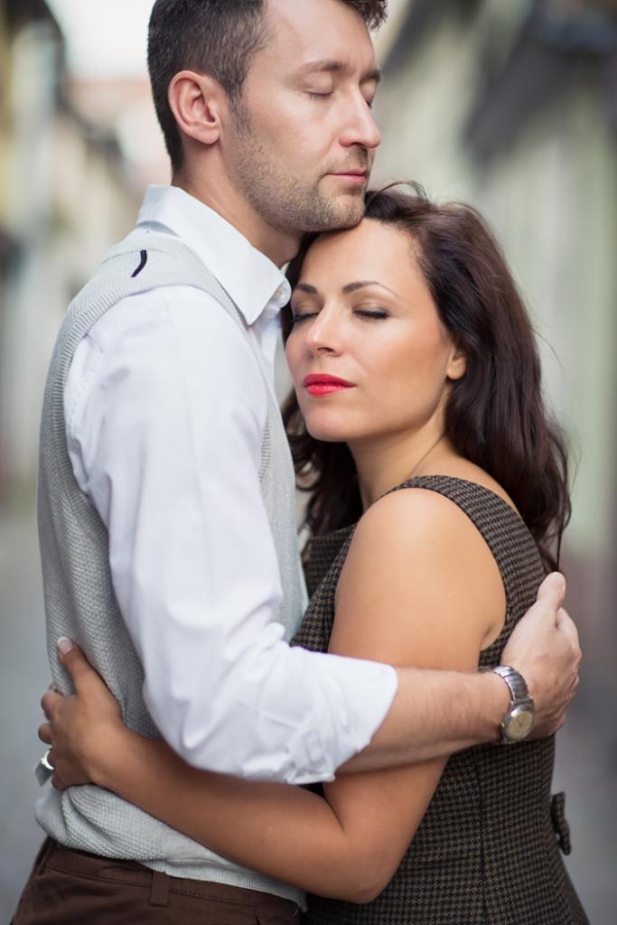 Couple qui se sert dans les bras - par Claude Masselot