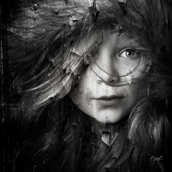 portrait d'une petite fille avec capuche