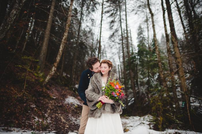 Une couple de marié dans la neige - mariage en hiver