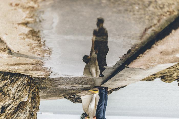 Photo de mariés, reflet dans l'eau