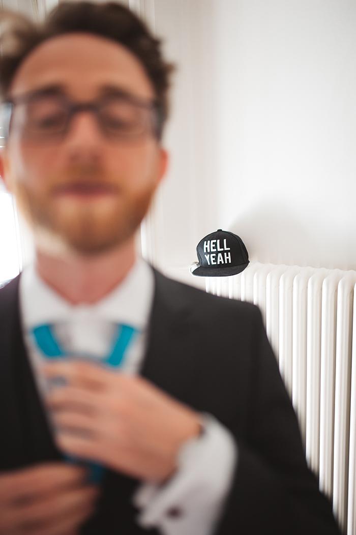 Marié qui se prépare, il enfile sa cravate...