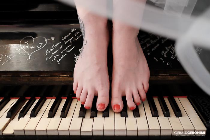Photo de pieds sur un piano - prise au XT1