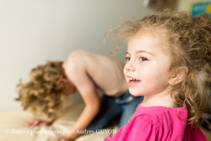 jeune fille autisme et souriante