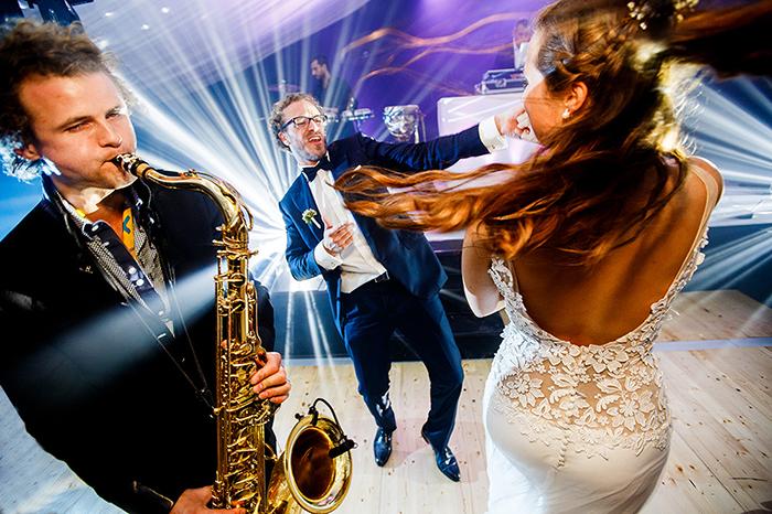 Photo de mirés qui dansent durant leur soirée de mariage.
