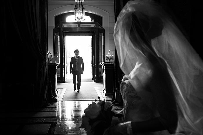 Photo d'un marié qui entre dans l'église, par Jacques Mateos, photographe de mariage