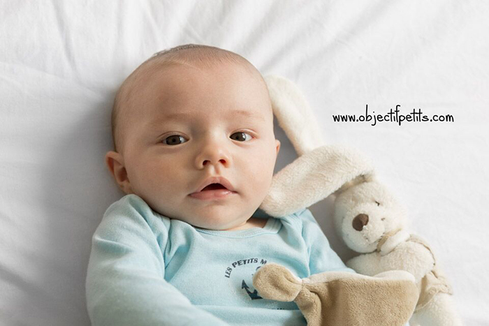 photo d'un bébé et son doudou