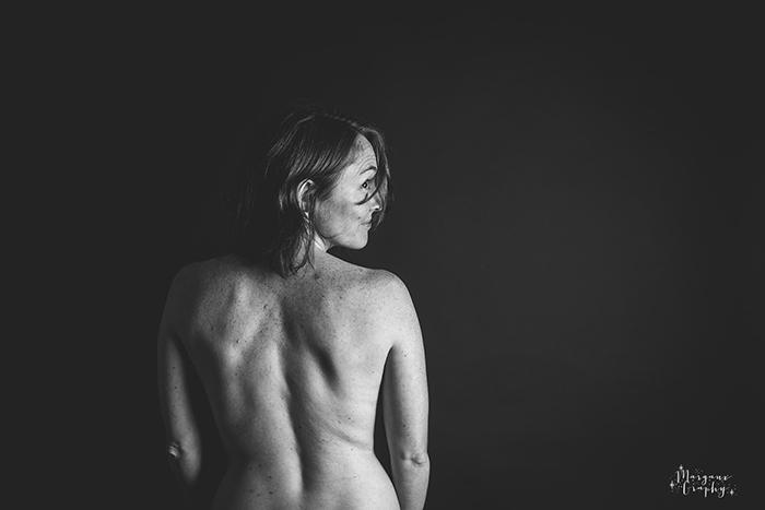 Femme nue, de dos, en noir et blanc, pour le projet photo Simplement Femme