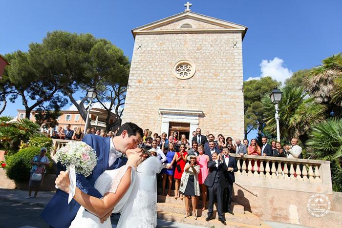 Couple qui s'embrassent devant l'église