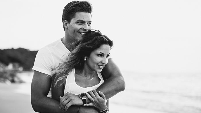 Photographie de couple en noir et blanc, sur la plage