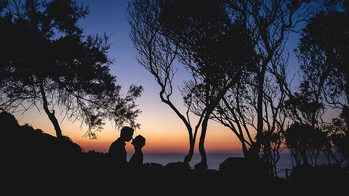 superbe photo de couple à la tombée de la nuit