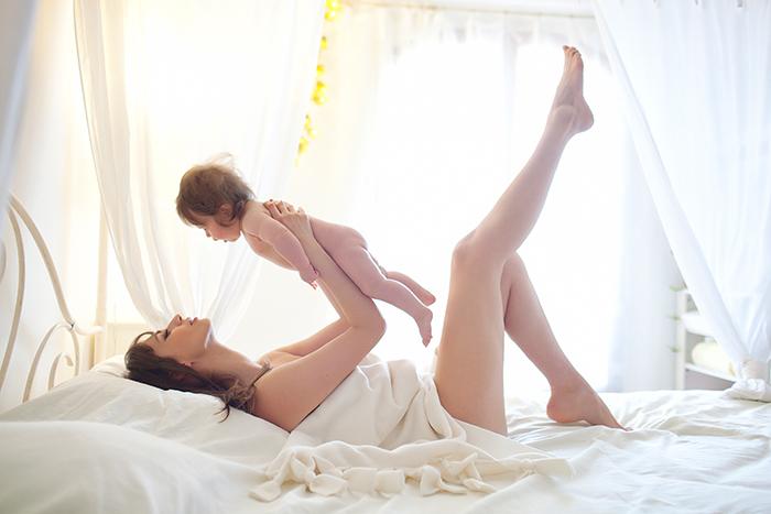 Photo d'une maman avec son bébé en lumière naturelle