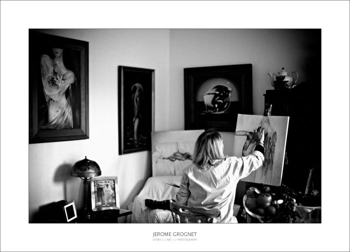 Portrait d'une artiste peintre, photo noir et blanc.