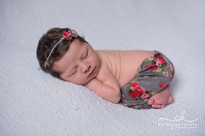 Photo d'une jolie petite fille, en baby posing - Photographe de nouveau-nés : Petra Kovacova