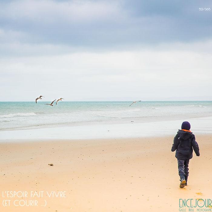 Petit garçon marchant sur la plage - projet 365 - Encejour.fr