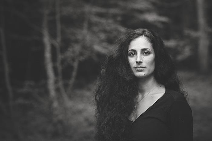 Portrait noir et blanc d'une jolie femme - portrait authentique par Sabrina Dupuy
