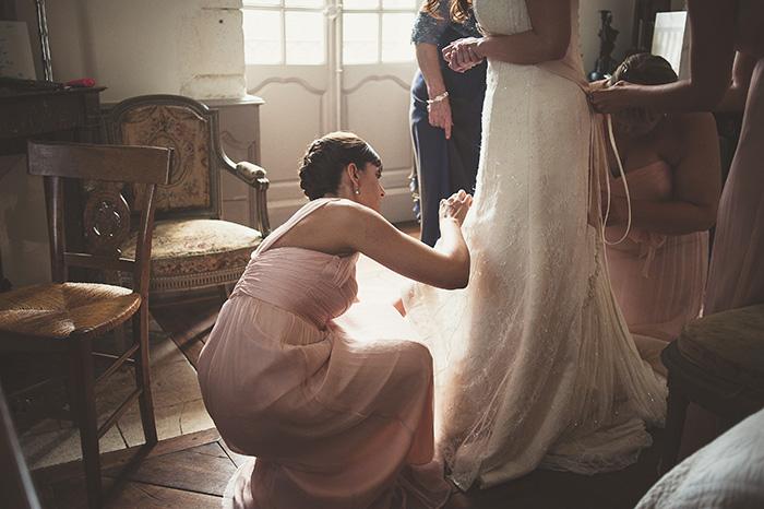 Les préparatifs du mariage, photo des dernières retouches de la robe de mariée - par Sabrina Dupuy Photographe du moi sur portraitoupaysage.com