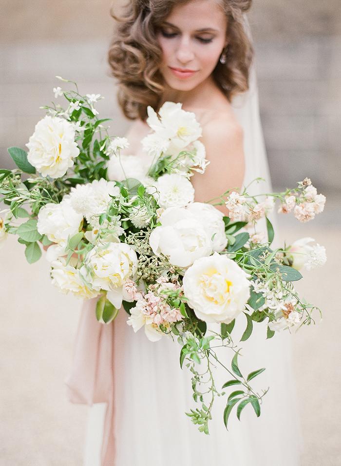 La mariée et son bouquet de fleurs blanches - photo romantique et délicate - Interview de Marie Filmphotographer pour portraitoupaysage.com