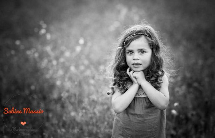 Portrait noir et blanc d'une petite fille.