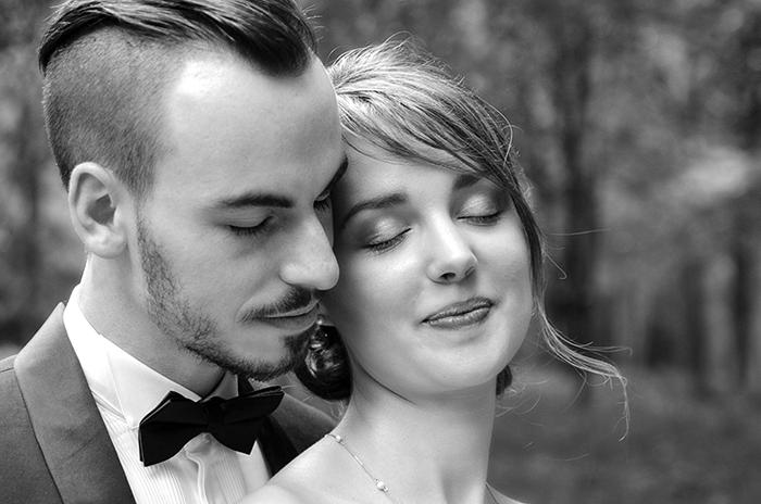 Photographie d'une couple de mariés, en noir et blanc, par annazawisny.com