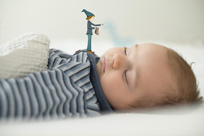 Portrait d'un bébé endormi, avec une illustration de Lumi.