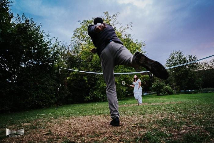 Des mariés qui jouent au tennis. Par Benjamin Brette.