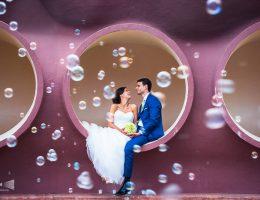 Photo issue d'un mariage : les mariés dans une bulle et entourés de bulles de savon.