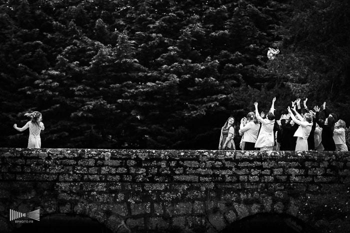Le lancé du bouquet de la mariée - photo en noir et blanc par Benjamin Brette.