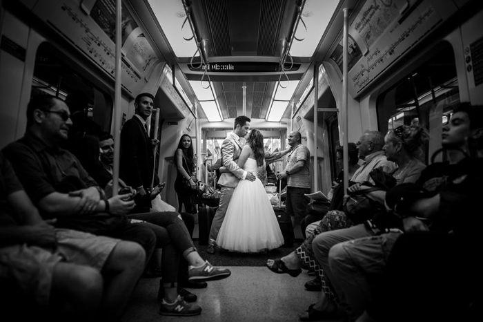 Des mariés dans le métro à Londres. Photographie noir et blanc par doctibphoto.com