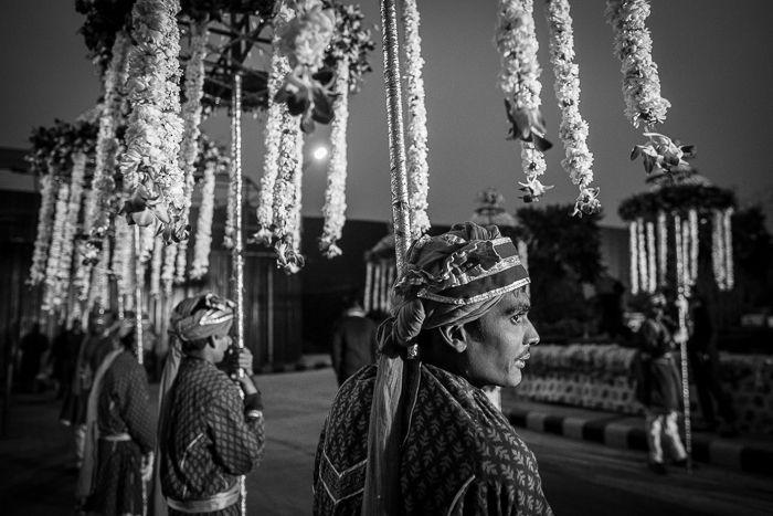 Photographie noir et blanc d'un mariage en Inde.